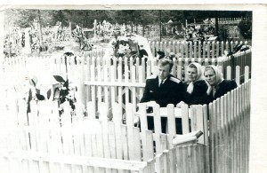 А.В.Костров (слушатель ВИА) с мамой (в центре) и тётей Полей на могиле дедушки и отца А.П. Кострова