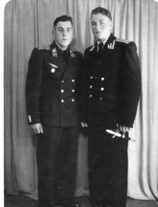 А.В. Костров (   ВМОЛАУ) и Н.Д. Щелопов ( Чуг. АУЛ),  форма интриговала молодёжь (1954, декабрь - отпуск  после оконч. уч -ща), г. Калинин