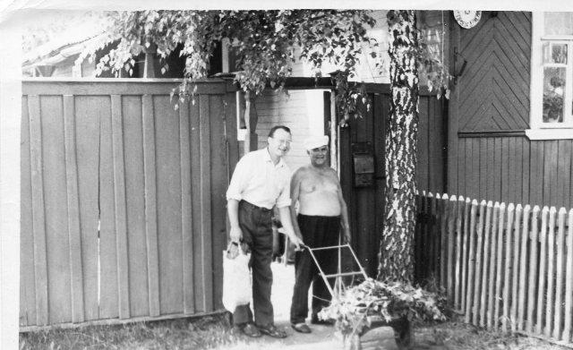 В Твери тоже бывает тепло. А.В. Костров с уважаемым соседом по 3-му проезду Красина фронтовиком в ВОВ Сергеем Ивановичем Соловьёвымев, 1991