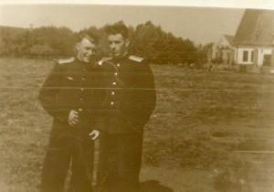 Л-ты Костров (слева) и Мостовой, 4 гв. иап КБФ, Мамоново, 1956, на фоне немецких казарм, на первом плане - столовая