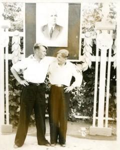 Л-т Костров А.В (слева) с двоюродным братом золотым медалистом 17  СШ г. Калинина  Лоллиным В.А. в горсаду, 1955. Под портретом Н.С. Хрущёва
