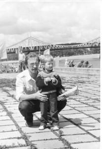 Фото Кострова А.В. Зять А.В. Ткачёв с дочкой Настенькой, г. Калинин, горсад, вид на старый мост через Волгу и Заволжье, 1986