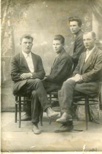 д. Вася со свестниками (третий слева)